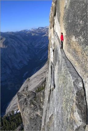 poster-bergsteiger-geht-einen-schmalen-pfad-entlang-175054