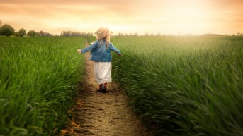 child-in-the-green-field-at-sunset-photography_600x338-mm-90