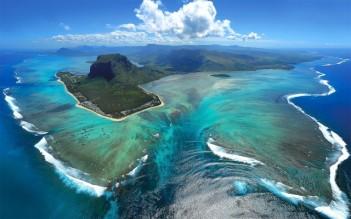 """Underwater """"waterfall,"""" Mauritius"""