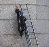 European illusionary performance artist 2 (how he does it) (izismile.com)