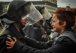 18-Times-People-Chose-To-Become-Peacemakers-During-Protests-2-2