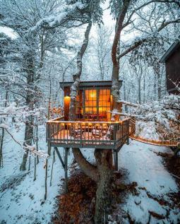 Cozy Treehouse, Georgetown, Maine (Reddit.com)