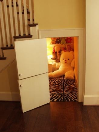 Understairs nook for kids only (upgradesigner.blogspot.com)