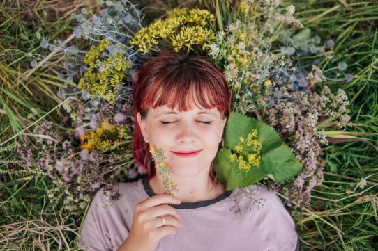 'Happy woman in the flower field' by Aleksandra Sapozhnikova (unsplash.com)