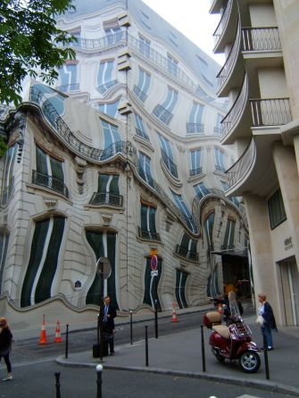 'Nice, but I wouldn't want to live there' (mirror-sided building in Paris) - photo credit, TheCannon (boredpanda.com)
