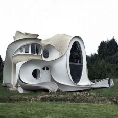 Weird house. On the other hand, if it were a waterpark... architecture shaming (boredpanda.com)