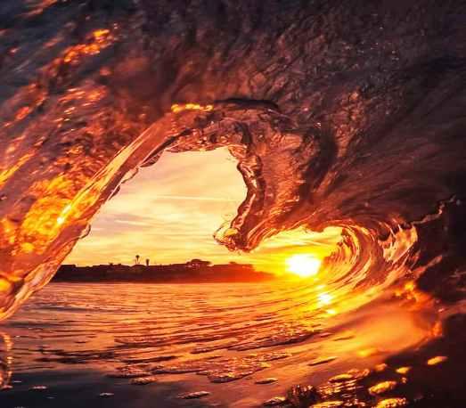 'Frozen wave against sunlight' by Hernan Pauccara (pexels.com)